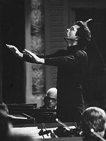 Leo Brouwer como director de orquesta.   Ministerio de Cultura de Cuba