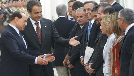 El primer ministro italiano, Silvio Berlusconi, saluda a los ministros de Zapatero. | Efe
