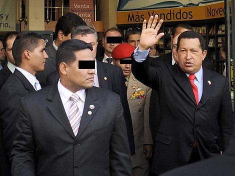 Hugo Chávez sale de la Casa del Libro.   Bernardo Díaz