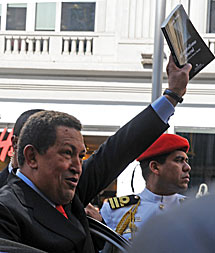 Chávez, antes de subirse al coche, con un libro en la mano.   AFP