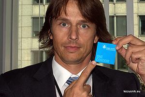 Edvard Kozusnik con el preservativo.