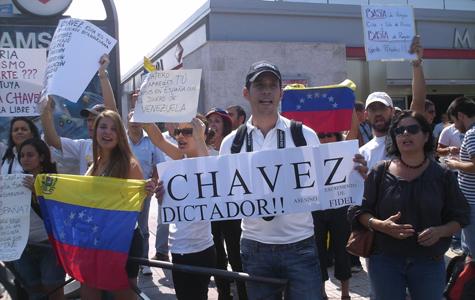 Jóvenes venezolanos muestran banderas y pancartas en Moncloa   Foto: Alberto Rodríguez A.