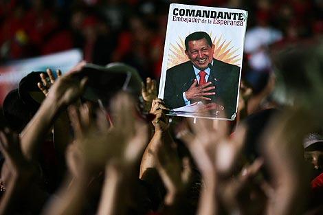 Concentración popular ante el Palacio de Miraflores para recibir a Chávez. | Efe