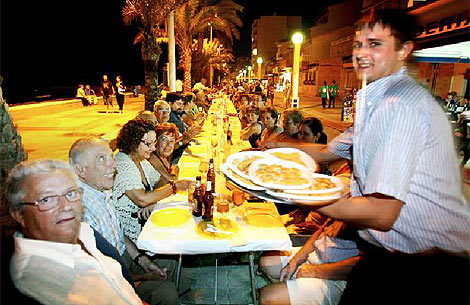 Cientos de comensales cenan en El Campello en una mesa de bar de record | Ernesto Caparrós.