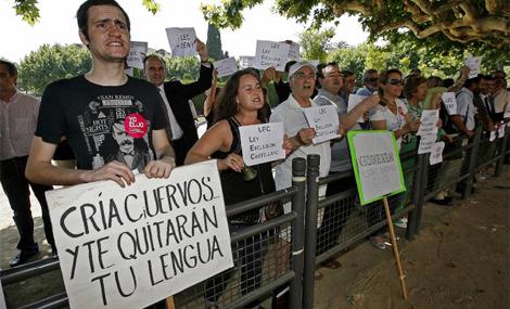 Ciudadanos contrarios a la imposición del catalán protestan frente al Parlament. | S. Cogolludo