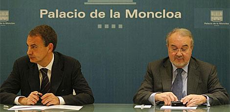 Solbes, en una reunión en Moncloa, junto a Zapatero, en 2008. | Antonio Heredia