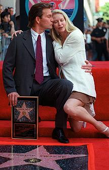 Besando a su mujeran ante su estrella del paseo de la fama de Hollywood, en 1997.   Ap