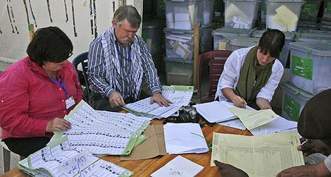 Trabajadores de la Comisión de Quejas Electorales, en Kabul. | AP