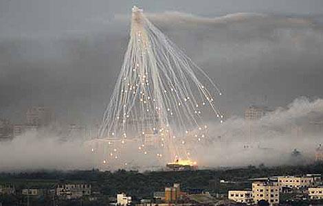 Una bomba de racimo estalla en el aire sobre Gaza. | Reuters