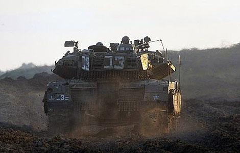 Un tanque israelí patrulla la frontera entre Israel y Gaza.| AFP