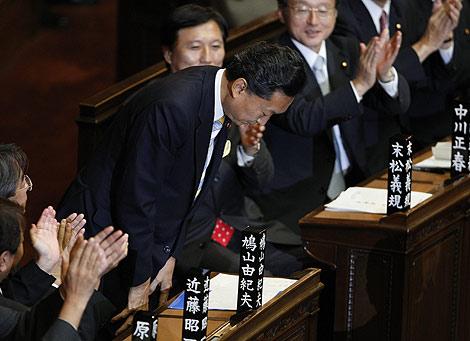 leader Hatoyama agradece con reverencias la designación. | Reuters