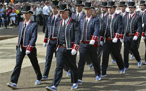 Desfile de los Mossos con el uniforme de gala en la Diada. | Domènec Umbert