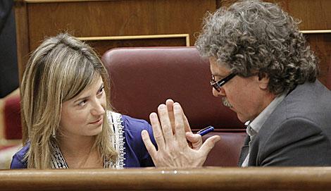 La ministra de Igualdad, Bibiana Aído, y el diputado de ERC Joan Tardá en el Congreso. | Efe