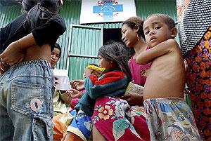 Una ONG reparte fideos en una aldea de Camboya. (Foto: EFE)