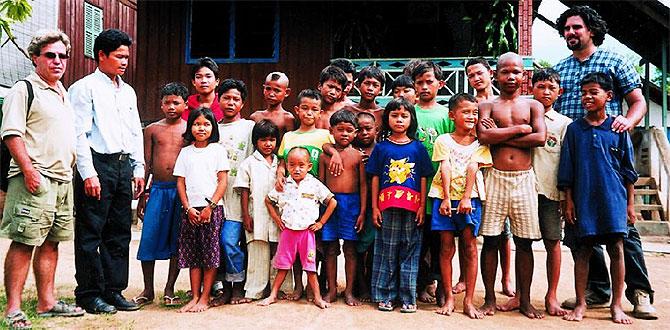 Varios niños que han sufrido pederastia en la casa de acogida de una ONG en Camboya.