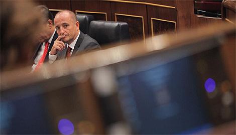 El ministro de Industria, Miguel Sebastián, antes de las votaciones. (Foto: Antonio M. Xoubanova)