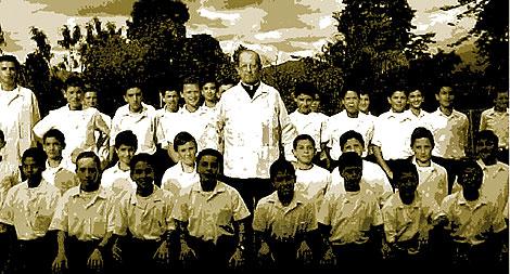 Marcial Maciel, fundador de los Legionarios de Cristo, rodeado de seminaristas. CRÓNICA