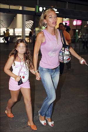 Belén Esteban, acompañada de su hija.