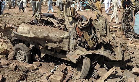 Estado en el que quedó el mercado de Kohat tras la explosión del coche bomba. | AFP