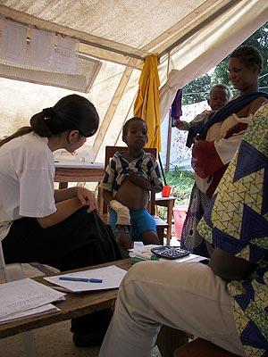 Paciente en la sala de consultas del centro de MSF en Boda.