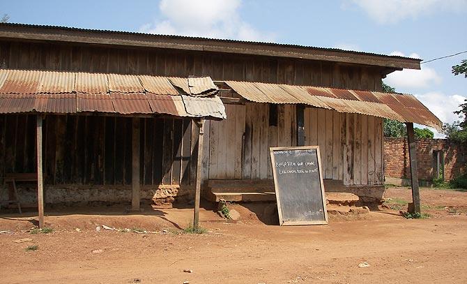 El cine de Boda, con el programa anunciado en la puerta. (Fotos: F. Calero)