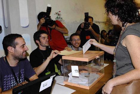 Una vecina vota en el referendo independentista de Arenys. | Marga Cruz
