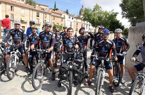 José Guillermo Yepes (en el centro, sin casco) ha iniciado su tercera etapa de la vuelta al mundo en bicicleta. | E. Carrascal