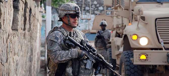 Soldados estadounidenses patrullando por las calles de una ciudad afgana. | M. BERNABÉ