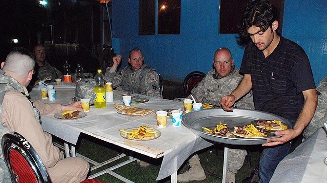 Militares norteamericanos, cenando en el restaurante afgano Herat, en Kabul. | M. BERNABÉ