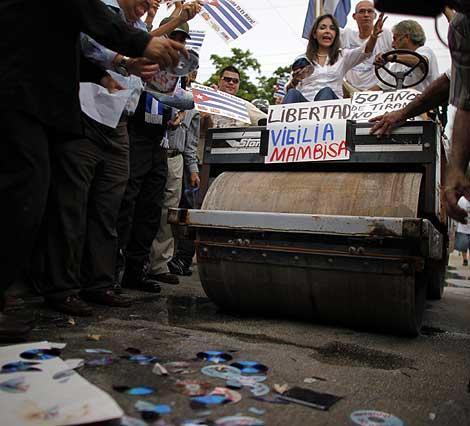 La apisonadora con la que los anticastristas destrozaron CD's. | Reuters