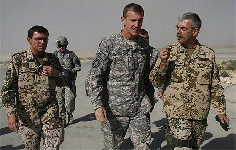 El general Stanley McChrystal (centro), con otros militares en Afganistán. | AP