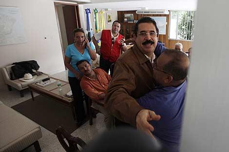 Manuel Zelaya dentro de la embajada de Brasil en Honduras. | AP