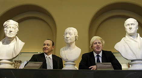 Boris Johnson (dcha.) y Kevin Spacey, en el Victoria y Albert Museum. | Afp