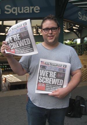 Un hombre muestra ejemplares del 'New York Post' falso.| Carlos Fresneda