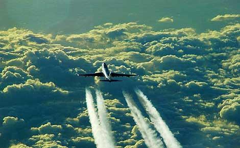 Un avión en pleno vuelo. | El Mundo.