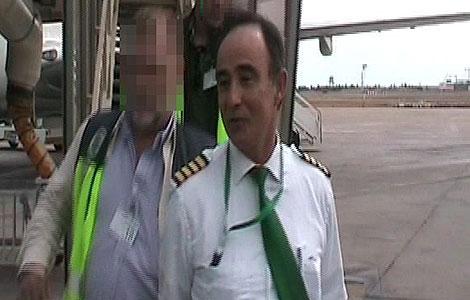 Un policía escolta a Poch tras su detención. | Reuters