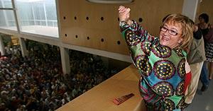 Maite Iraola, celebrando la moción de censura en el Ayuntamiento de Benidorm (Foto: Ernesto Caparrós).