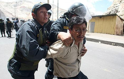 La Policía detiene a un trabajador de Doe Run durante una protesta. | AFP