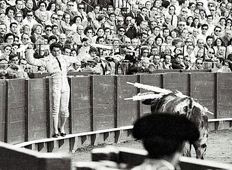 Francisco Rivera, Paquirri, cita al toro desde las tablas en la suerte de banderillas.