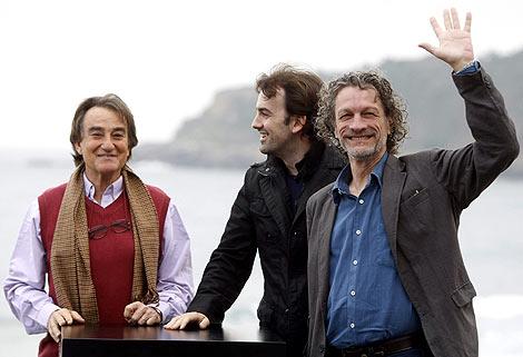 Lacuesta (c) y los actores Daniel Fanego y Arturo Goetz. | Efe
