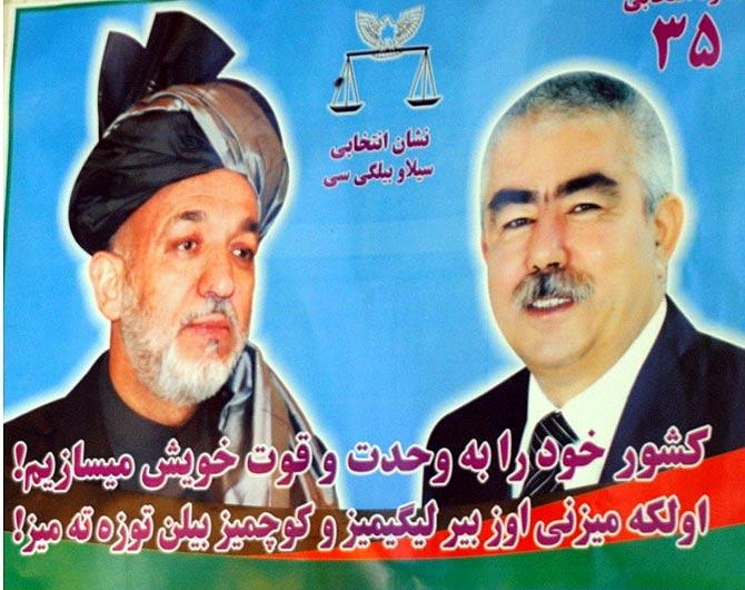 Un cartel electoral de Karzai junto a Dostum. El señor de la guerra apoyó a Karzai en las votaciones.  M. B.