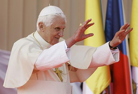 El Papa saluda a su llegada a Praga. | AP