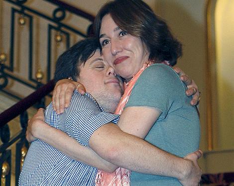 Lola Dueñas y Pablo Pineda se abrazan tras ser galardonados. | Efe