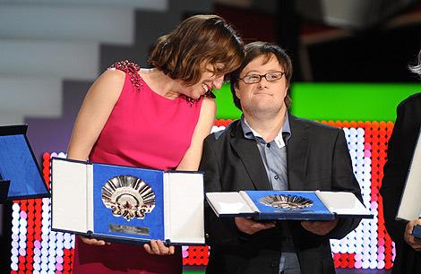 Lola Dueñas y Pablo Pineda sostienen sus premios. | Afp
