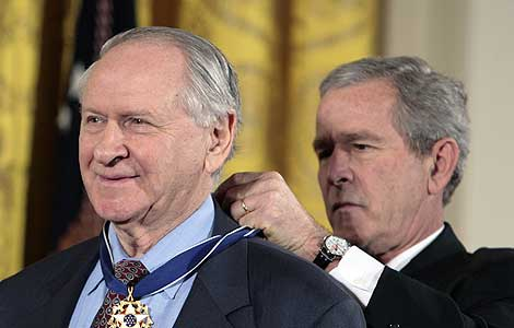 William Safire, condecorado por el el presidente Bush en 2006. | Reuters