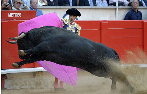 José Tomás da un paso durante la corrida en Barcelona.   AFP