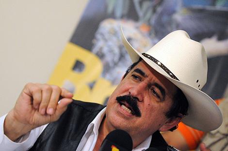 Manuel Zelaya da una rueda de prensa en la embajada de Brasil. | AFP