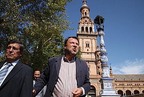 El alcalde Monteseirín junto a una de las farolas recuperadas.   Fernando Ruso