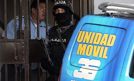 Un policía a la entrada de las instalaciones del Canal 36 en Tegucigalpa. Efe