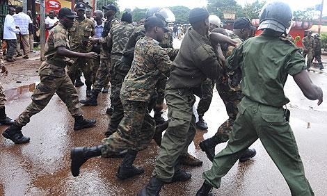 Policías guineanos arrestan a un manifestante en Conakry. | AFP
